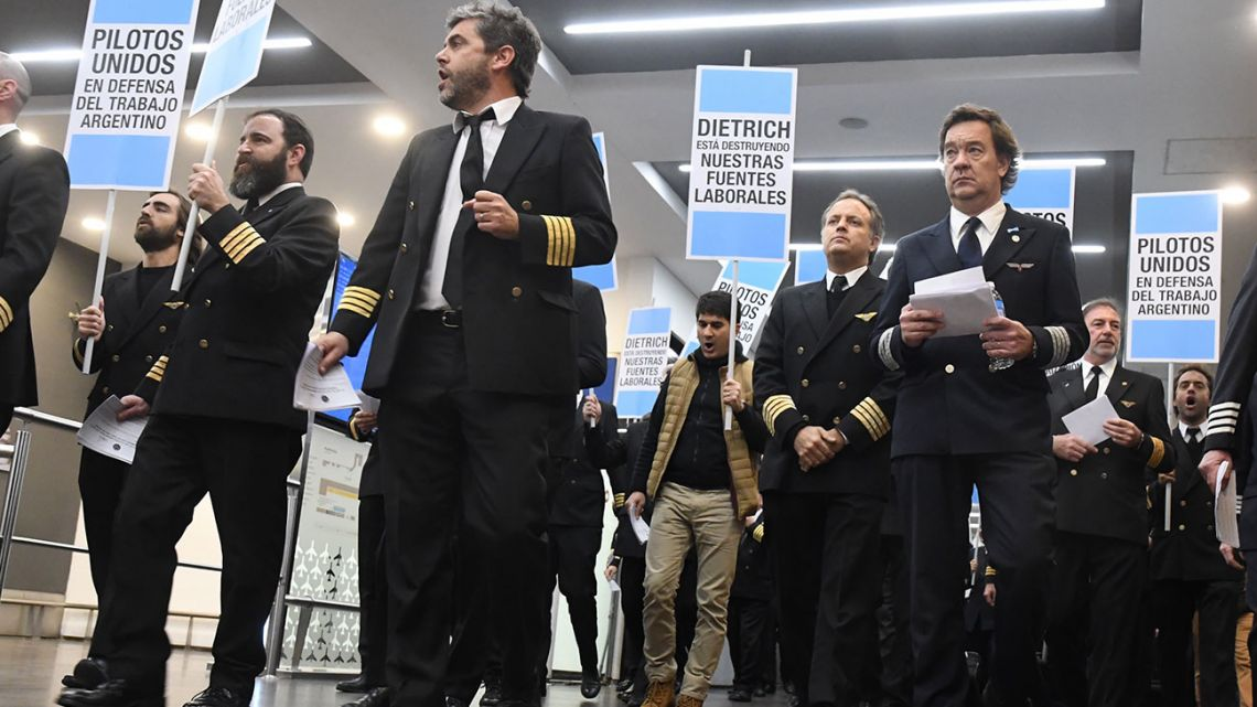 Pilot unions protest government air line policy in Aeroparque.