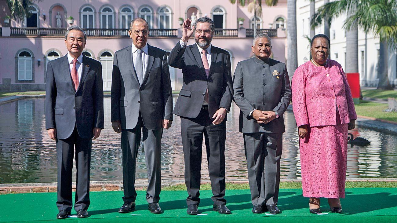 Foto de familia.  Los cancilleres de China, Rusia, Brasil, India y Sudáfrica posaron este viernes en Río de Janeiro. Buscan aumentar la cooperación y el comercio.