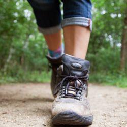 Caminar mucho puede causar ampollas en los pies.