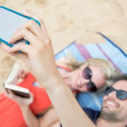 Si te gusta tomar selfies en la playa, será mejor que tengas un buen estuche protector para el móvil. Los pequeños granitos de arena pueden dañar los puertos del teléfono.