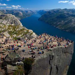 El Preikestolen es un gigantesco macizo de piedra de 604 metros de altura sobre el fiordo de Lyse, en la región de Stavanger.