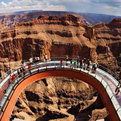 Skywalk es un mirador de acero con suelo de cristal ubicado en el imponente Gran Cañón del Colorado (Estados Unidos) tiene una altura de 1.300 metros.