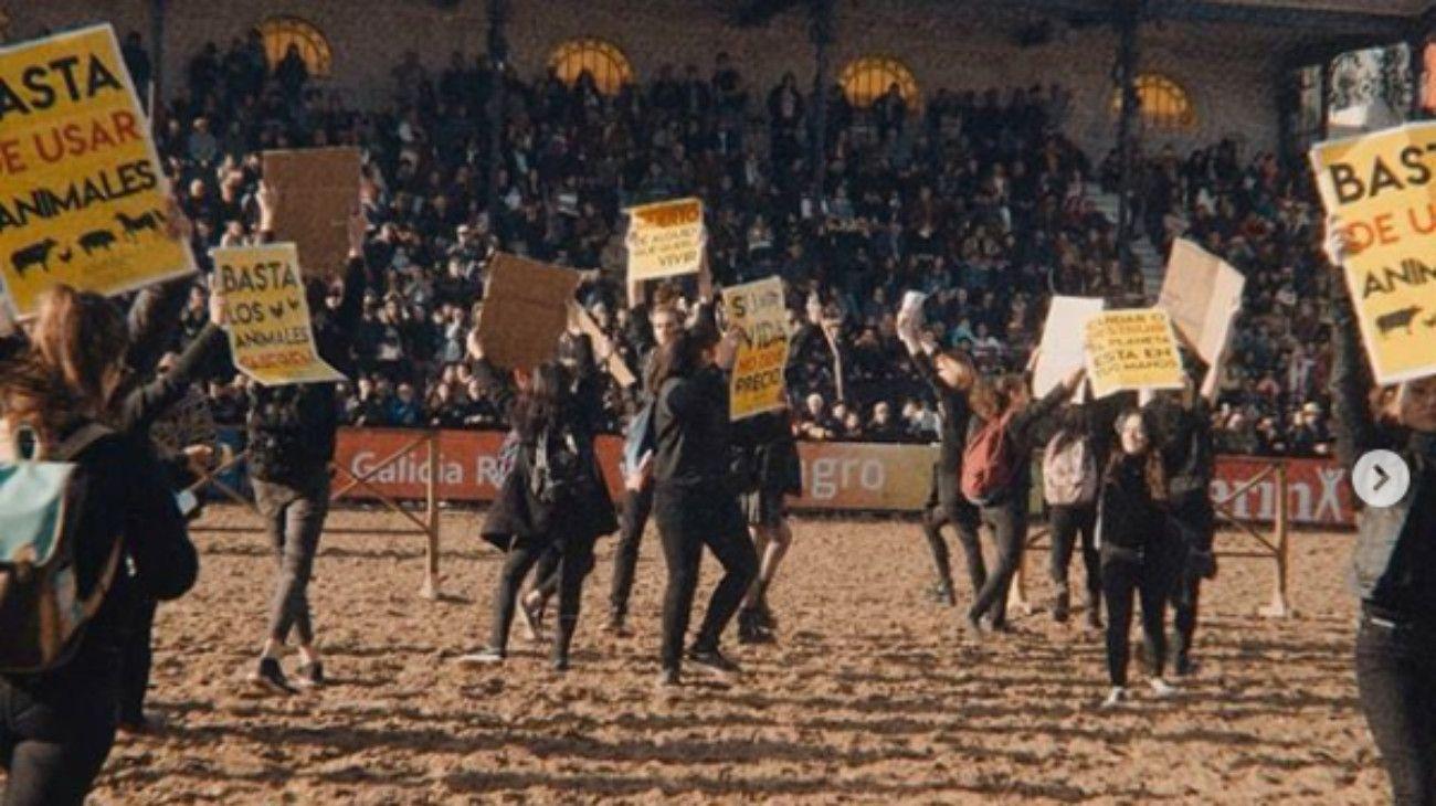 """La Rural. Los manifestantes fueron """"arreados"""" por los participantes de la exposición."""
