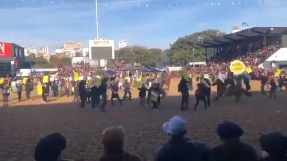 Algunos gauchos usaron a los caballos para echar a los manifestantes de la pista de La Rural.
