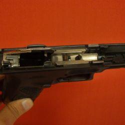 Todo el mecanismo y las guías de corredera de acero, en un cassette dentro del armazón de polímero.