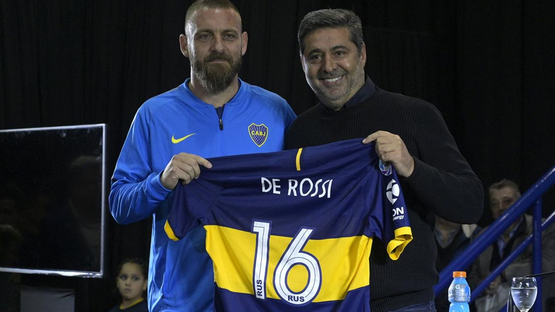 Boca Juniors President Daniel Angelici poses with Italian midfielder Daniele De Rossi (left) during his presentation at the Bombonera stadium in Buenos Aires on July 29, 2019.