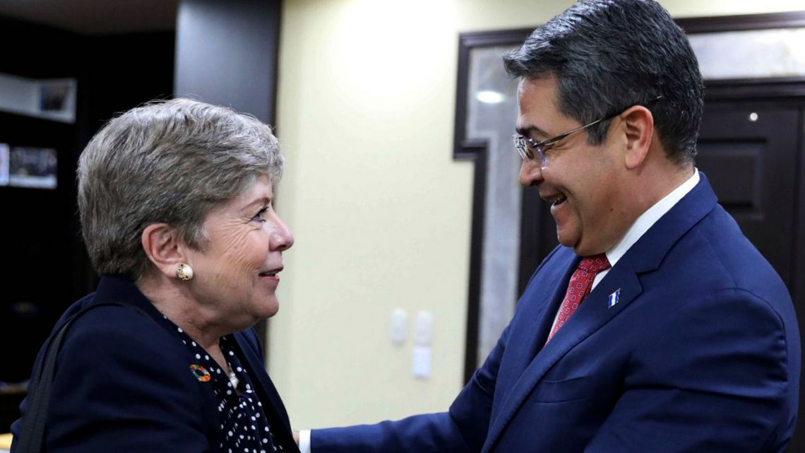 Honduran President Juan Orlando Hernández (right) shakes hands with Alicia Barcena, Executive Secretary of the United Nations Economic Commission for Latin America and the Caribbean (CEPAL), during a working meeting at the Presidential house in Tegucigalpa, on July 24, 2019.