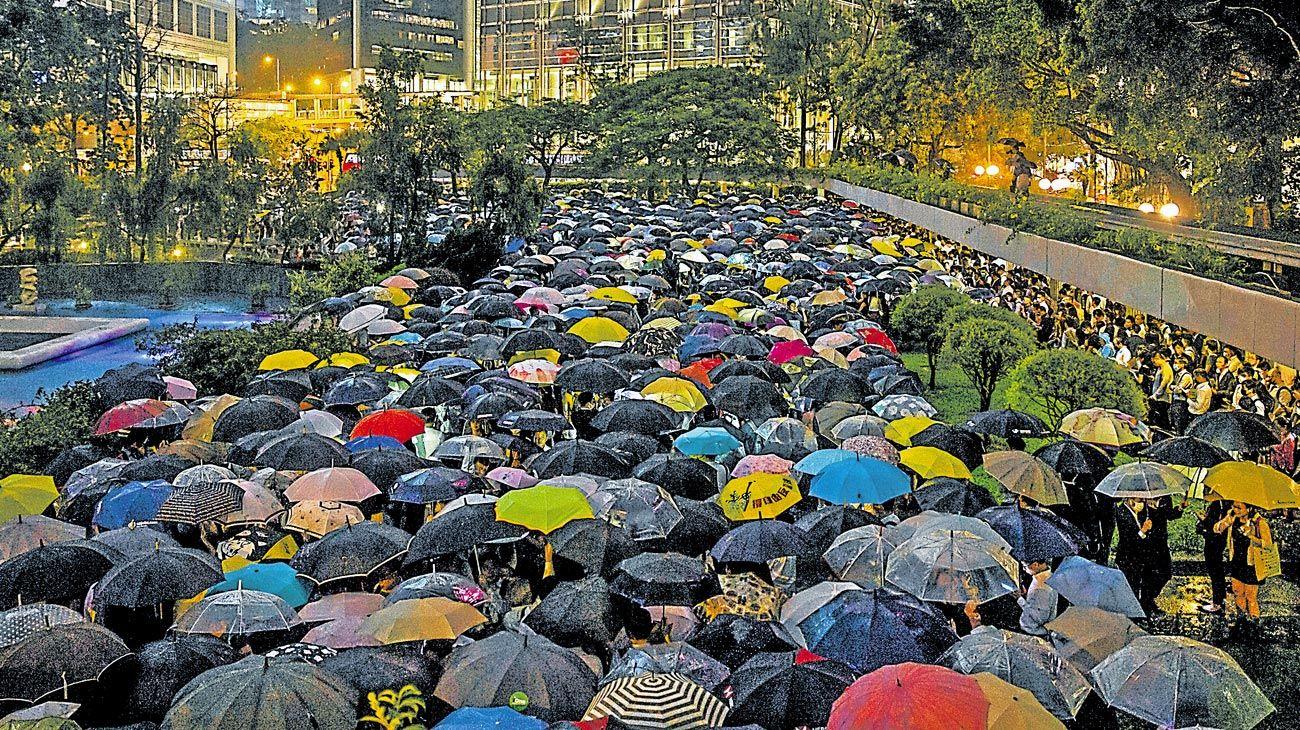 Protestas.  Cientos de trabajadores del sector financiero se congregaron este jueves en Hong Kong para rechazar el proyecto de ley de extradición a China.