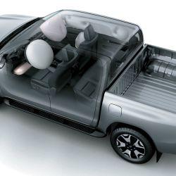 Todas las versiones de cabina doble de la Toyota Hilux vienen ahora con siete airbags.