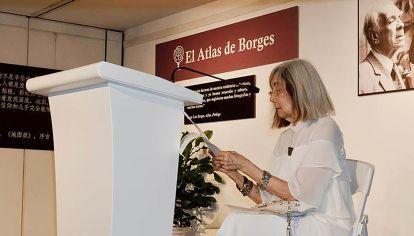 En la apertura. María Kodama lee en la inauguración en el Centro Cultural Jin An de Shangai.