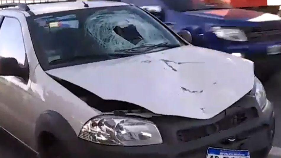 El vehiculo que impactó al hombre que quiso cruzar la Panamericana.