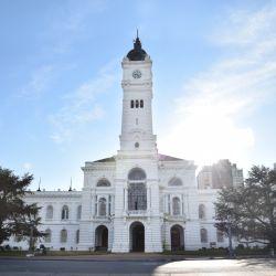El Palacio Municipal es parte del eje fundacional que traza una línea recta entre la Catedral de La Plata y la gobernación provincial.