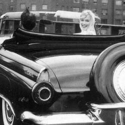 Marilyn Monroe a bordo de su Ford Thunderbird 1955.