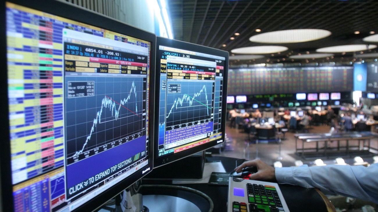 Empujado por la caída del yuan, el riesgo país volvió a superar los 900 puntos