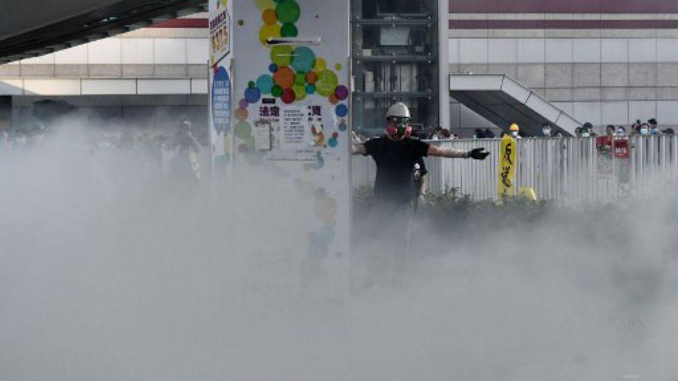 La policía lanzó gases lacrimógenos a los manifestantes en Hong Kong.