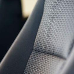 Ford utiliza fibras construidas con botellas de plástico recicladas para fabricar asientos.