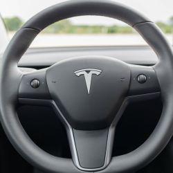 Tesla incrementará la participación de material sintético en los volantes de los modelos 3 e Y.