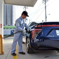 Recargando hidrógeno en un Toyota Mirai.