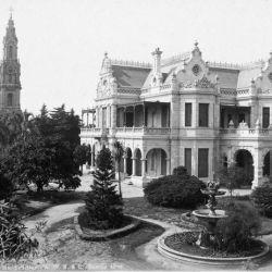 La casa Alzaga en su esplendor, con la iglesia Santa Felicitas detrás. Hoy, donde estaba la mansión, hay una plaza.