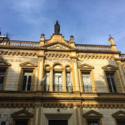 Fachada de la entrada princial del colegio Santa Felicitas de San Vicente de Paul, que ocupa media manzana en Barracas.