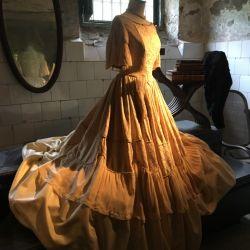 Réplica de un vestido de Felicitas Guerrero de Alzaga es la maravillosa exhibición que armaron las ex alumnas del colegio.