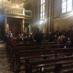 La nave principal de la iglesia. Los participantes de la visita guiada escuchan con atención al guía (muy bien preparado por cierto).