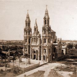 Fachada de la iglesia cuando todavía no existía la calle Isabel la Católica.