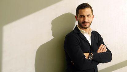 """Matias Tombolini, vicepresidente del Banco Nación, escribió el libro """"La otra campana""""."""