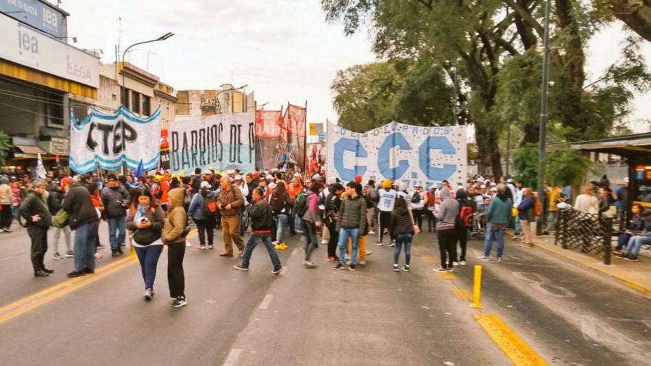 El Movimeinto Evita, CCC, Barrios de Pie, CTEP y Frente Darío-Santillán, entre otras organizaciones participan de la marcha.