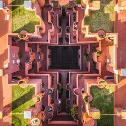 Dos conceptos muy de moda: la arquitectura simétrica y la fotografía a vista de pájaro que ha popularizado la tecnología drone.