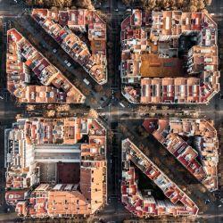 La belleza del Ensanche no es disfrutable a pie de calle, y las viejas postales del área urbana barcelonesa no recogen todo el esplendor de las vías diseñadas por Ildefons Cerdá.