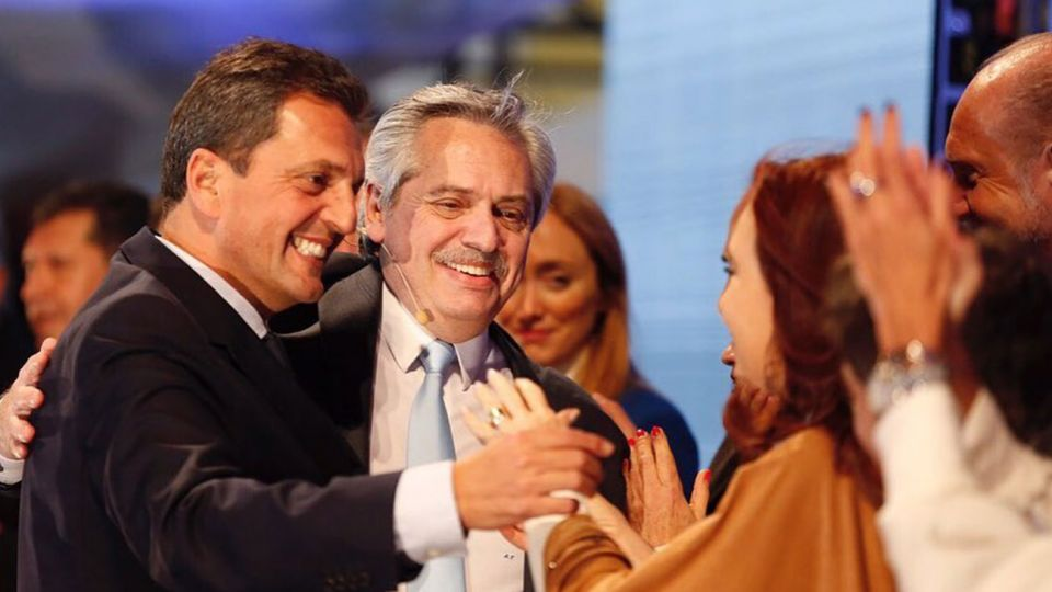 Sergio Massa se acercó a saludar a Cristina Fernández de Kirchner de la mano de Alberto Fernández.