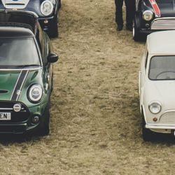 El Mini 10 millones junto al primer Mini producido en 1959.