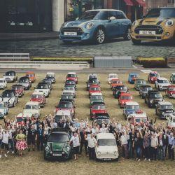 Modelos Mini de todas las épocas reunidos junto a sus propietarios en la planta de Oxford.