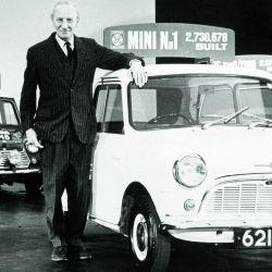 Alec Issigonis, el creador del Mini, junto al primer ejemplar del legendario modelo.