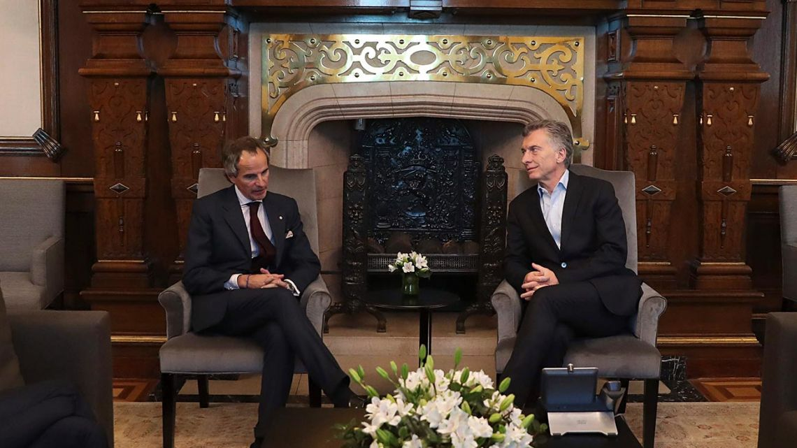 Rafael Grossi (left) meets with President Mauricio Macri at the Casa Rosada last month.