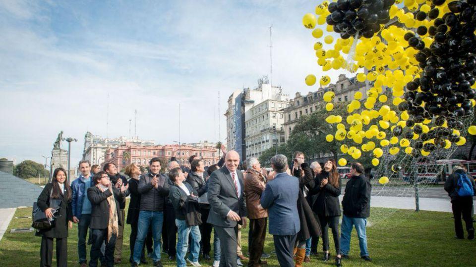 José Luis Espert soltó globos frente a la Casa Rosada