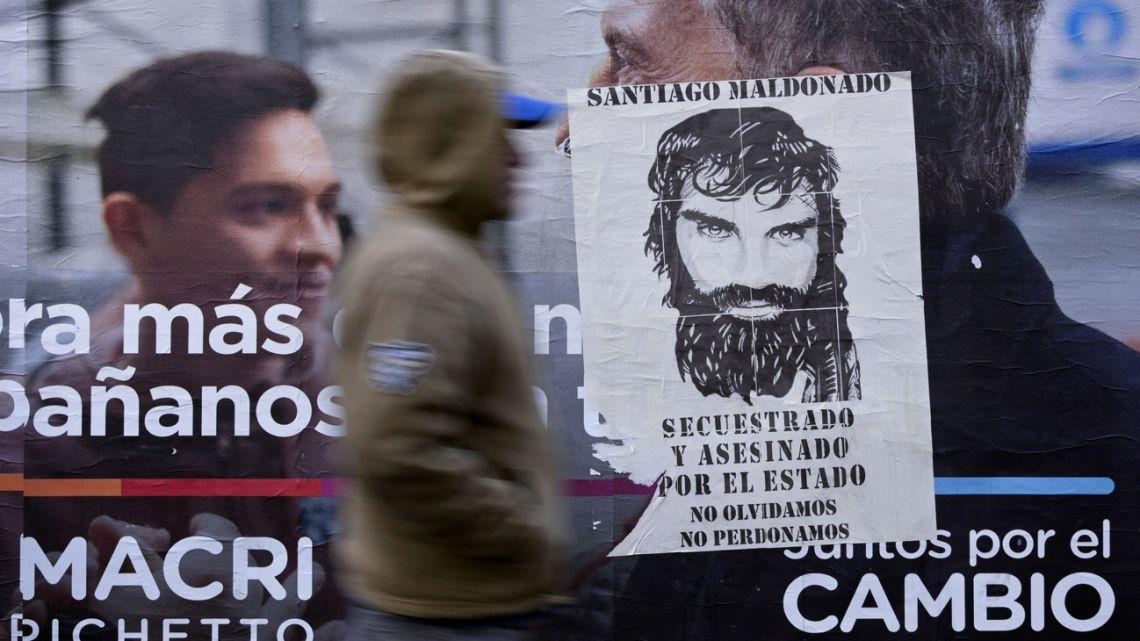 Santiago Maldonado's image, covering a CAMBIEMOS' poster.