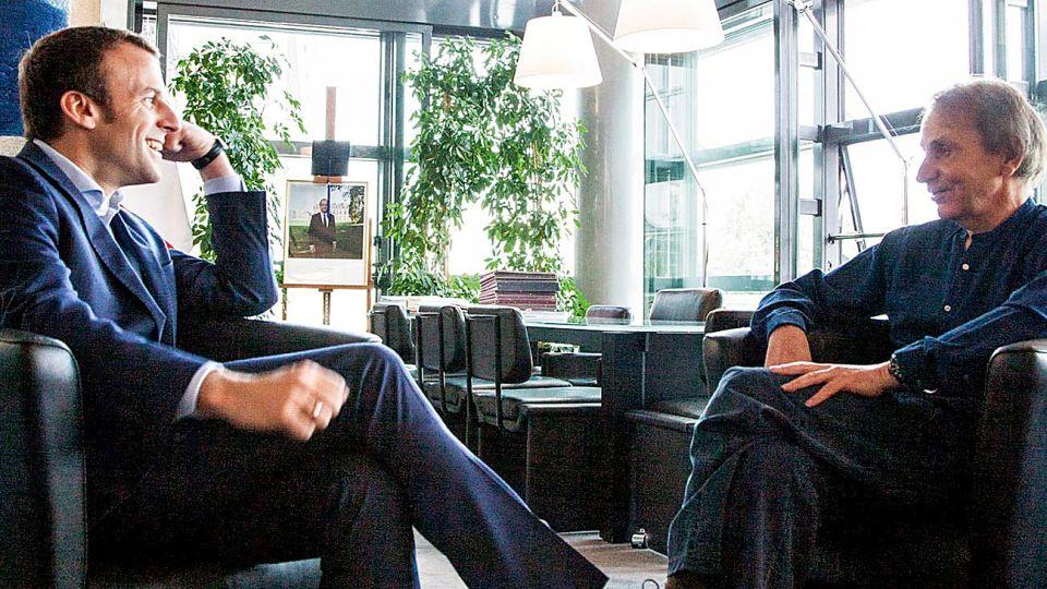 Macron y Houellebecq. El escritor recibió la Legión de Honor de Francia.