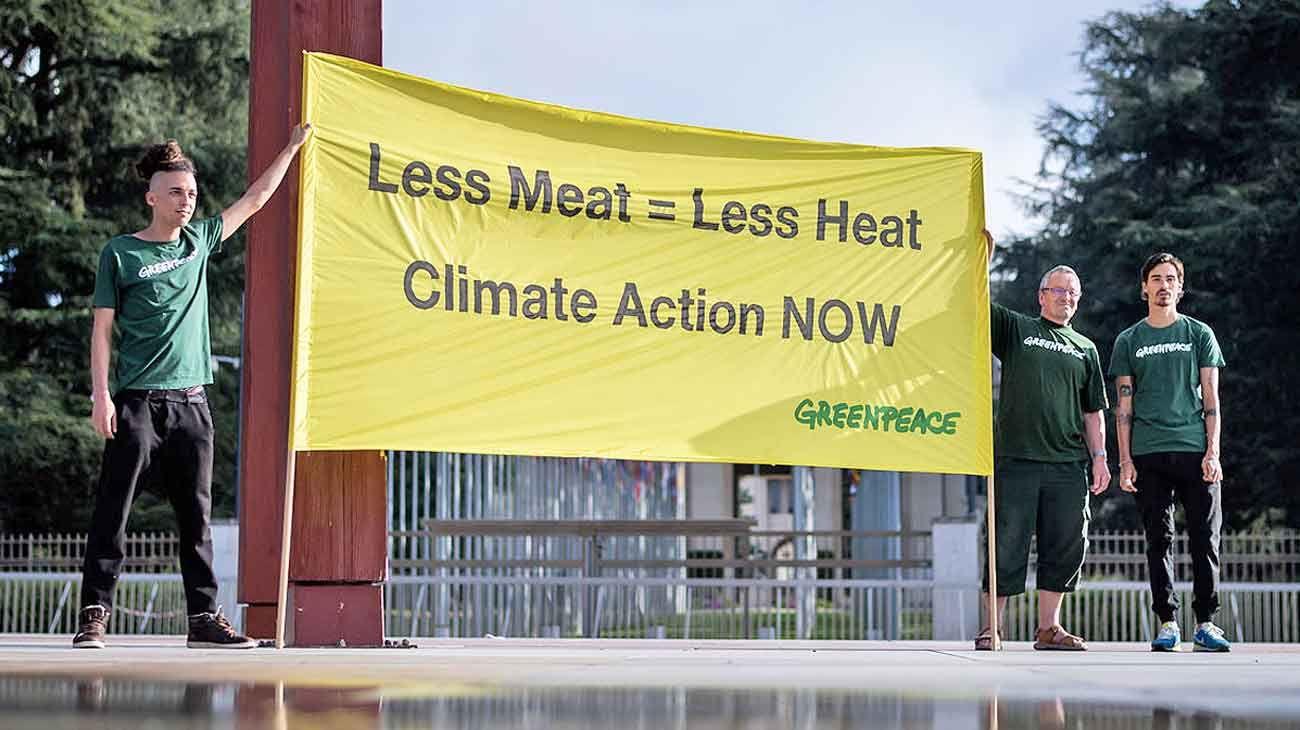 """Reclamo. """"Menos carne = menos calor"""". Activistas de Greenpeace en Suiza tras el informe."""