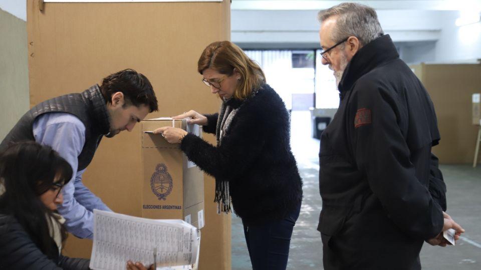 La jueza Servini ordenó que el Gobierno sólo podrá informar los resultados provisorios cuando ya estén cargados el 10% de los votos de los distritos ciudad de BsAs y provincias de BsAs, Córdoba y Santa Fe.