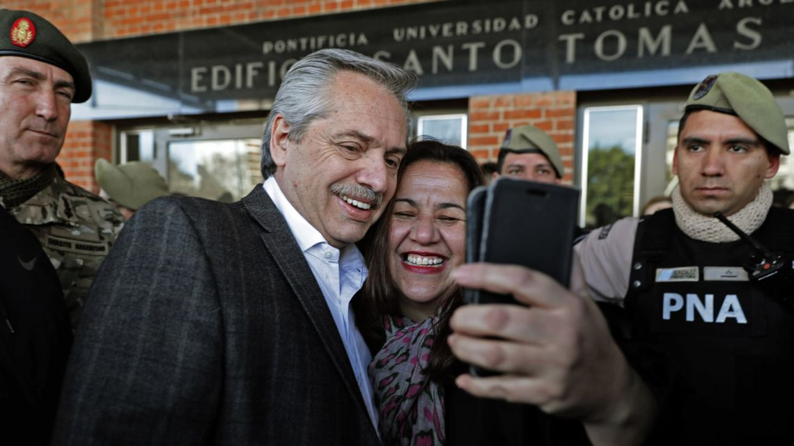 Alberto Fernández poses for a photograph with a supporter.