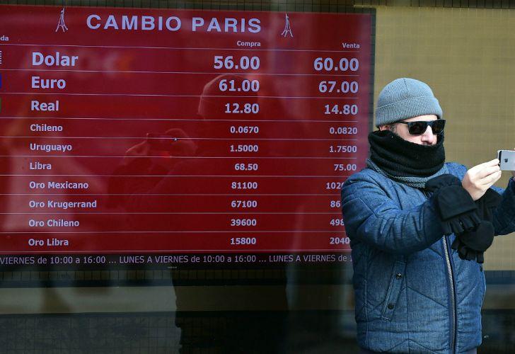 El dólar se dispara y el peso se deprecia.