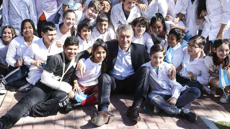 Archivo. Macri, junto con alumnos de visita en la Casa Rosada.