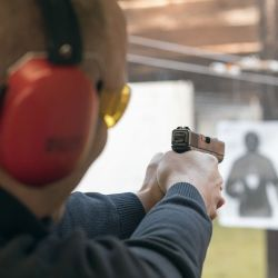 Hay personas diestras cuyo ojo rector es zurdo, o viceversa. ¿Deben cambiar el arma de mano o apuntar con el otro ojo?