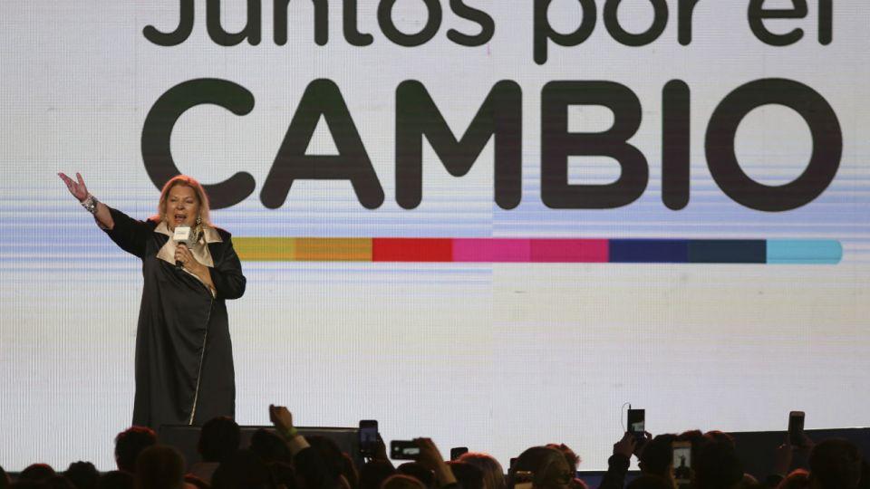 """Elisa Carrió tomó el micrófono en el búnker de Juntos por el Cambio cuando Macri ya había mandado a todos """"a dormir""""."""