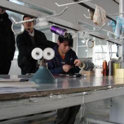 Adhiriendo mangos y portarreeles con epoxi. El proceso industrial de fabricación de cañas no deja de ser individual: se trabaja una por una, lo cual requiere de muchas horas.