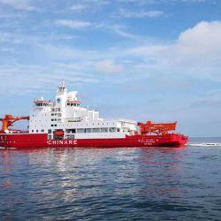 El Xuelong-2 tiene 122,5 metros de largo y un sistema de propulsión diesel-eléctrico en base a un motor de 16 cilindros y dos de 12, ambos con una capacidad de 15 nudos en aguas abiertas y 3 nudos al romper el hielo.