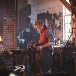 El herrero trabaja tal como se hacía en la época de los primeros británicos en los Estados Unidos.