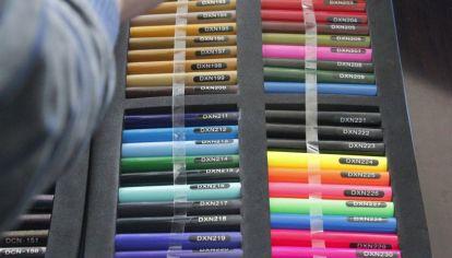 Diferentes catálogos, por ejemplo de colores de cañas e hilos para atar los pasahílos.